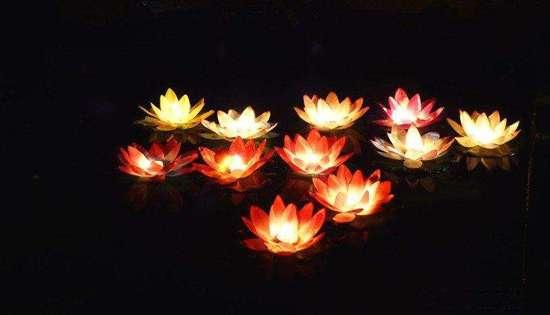 蓮花祈福水燈
