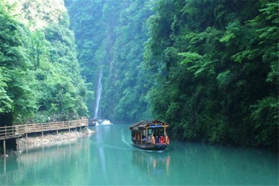 乘船遊湖出峽谷