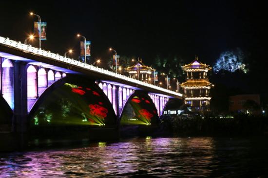 乘遊船夜遊三江