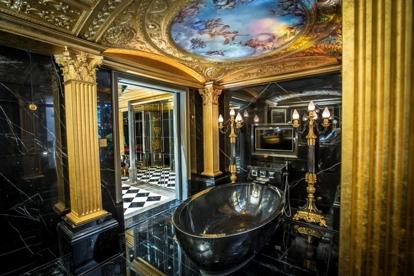 彩繪玻璃及大理石浴室